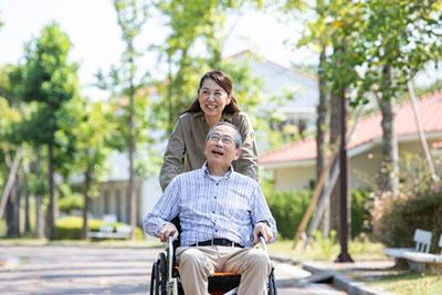 車椅子で散歩する夫婦